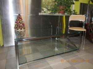 Stalowy stolik ze szklanym blatem